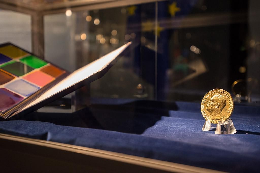 The Nobel medal and certificate on display © European Union (via Flickr)